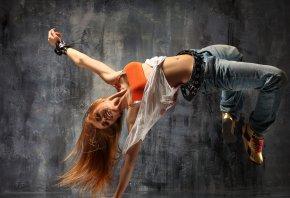 танцует, джынсы, волосы, девушка