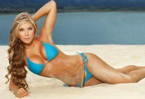 Обои песок, голубой купальник, загарает, пляж, блондинка