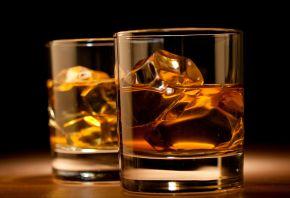 виски, напиток, бокалы, стол, кубики, лед