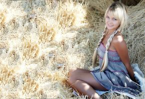 Блондинка, сено, Lada Paglia