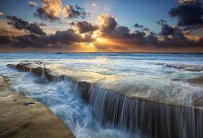Обои камни, облака, лучи, море, потоки, солнце, Небо