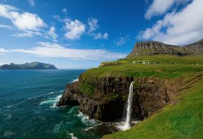 Обои водопад, поселок, скала, море, обрыв