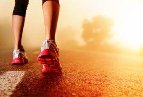 девушка, бег, ноги, кроссовки, дорога, асфальт, утро, рассвет, солнце