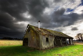 Обои старый дом, сарай, трава, небо, крыша