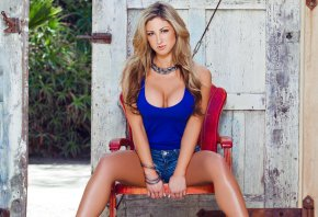 блондинка, синяя блузка, сидит, стул, красавица