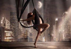 Обои танец, трюк, окно, город, колонки, зал
