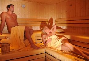 Обои баня, девушка, парень, лежаки, отдыхают