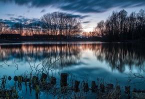 Обои деревья, вода, поселок, городок, озеро, рассвет