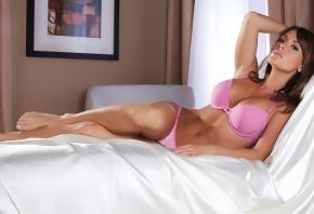 девушка на кровати, в розовом, красавица, брюнетка
