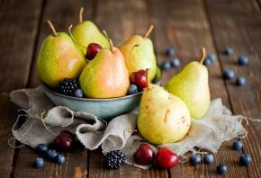 Обои фрукты, ягоды, груши, черешня, ежевика, голубика, натюрморт