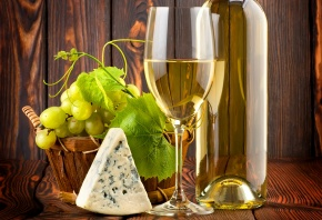 Обои вино, бокал, белое, лоза, Стол, листья, бутылка
