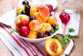 Обои персики, фрукты, абрикосы, сливы, ягоды, черешня, вишня, лето, тарелка, нож, салфетка