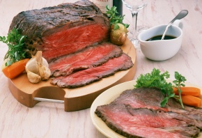 мясо, запечённое, морковь, чеснок, лук, зелень, соус, рюмка