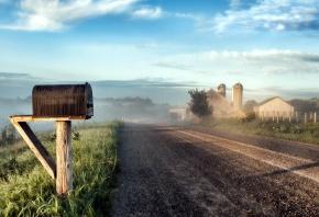 Обои дорога, туман, утро, дома, почтовый ящик