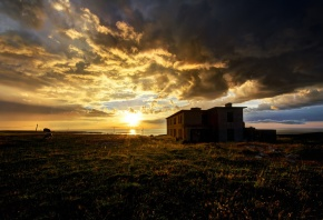 Обои солнце, небо, облака, утро, дом, море, поле, пейзаж