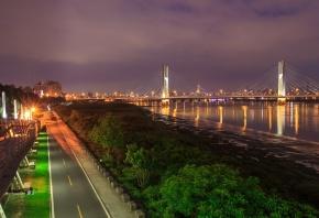 Обои город, дорога, река, мост, ночь, огни