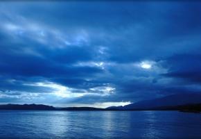 море, тучи, лучи, синий фон, горы