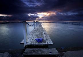 Обои закат, тучи, море, пирс, ласты