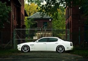Обои Maserati, Quattroporte, Белый, Дом, Улица, Пасмурно, Машина, Авто, Здание, Седан
