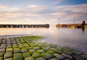 Обои Newhaven, Scotland, маяк, море, бухта, катера, волнорезы