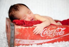 Обои младенец, coca cola, ящик, настроение