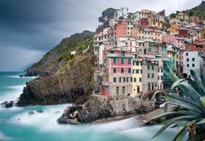 Обои италия, дома, скала, море, волны, небо