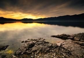 Обои озеро, пейзаж, берег, горы, закат, камни