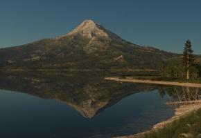 Обои природа, гора, озеро, гладь, отражение, дерево, сухое, трава, зелень