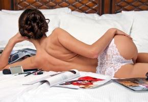 Обои девушка в трусиках, прозрачное белье, спина, на кровати, постель, журналы, косметика