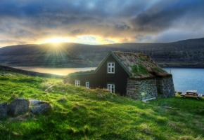 Обои Исландия, горы, озеро, дом, тучи, солнце, утро