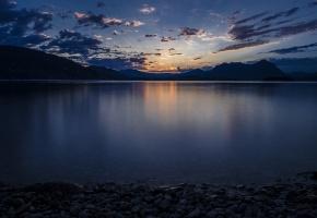 Обои Италия, озеро Маджоре, берег, камешки, вода, гладь, вечер, закат, синее, небо, облака