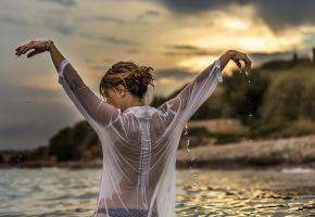девушка, вода, капли, закат, мокрая блузка, спина