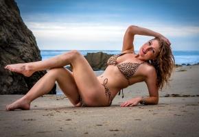 Обои девушка, бикини, море, пляж, песок, ножки