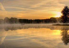 Обои озеро, закат, пейзаж, туман, солнце, деревья