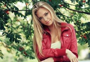 Обои девушка, блондинка, красивая, куртка, красная