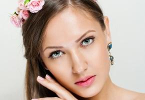 Обои Девушка, лицо, цветы, взгляд, серьги, глаза