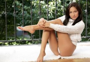 Обои девушка, поза, попа, трусики, красивая, ножки, сидит