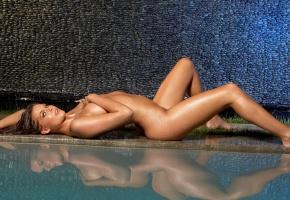 Обои девушка, мокрая, тело, голая, лежит, бассейн