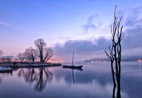 Обои Утро, перед рассветом, огни, озеро, отражение, лодка, деревья, туман, дымка, холмы, сиреневое, небо, облака