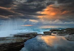 Обои море, брызги, камни, закат, облака, океан