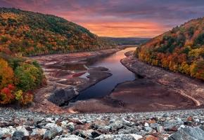 Обои река, склон, деревья, лес, камни, горизонт, осень