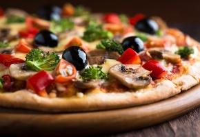 Обои пицца, помидоры, грибы, петрушка, маслины, сыр, блюдо