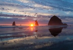 Обои Тихий океан, скалы, закат, побережье, лучи, солнце