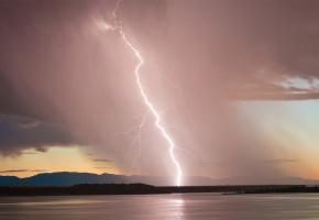 Обои молния, озеро, горы, горизонт, закат