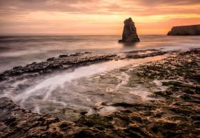Обои море, пляж, скала, утро, рассвет