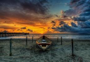 Обои пляж, мост, лодка, закат, солнце, небо, облаках, песок, пейзаж, вода, море, океан