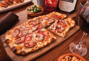 Обои пицца, корочка, вино, оливки, солями, стол