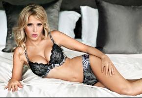 Обои Luisana Lopilato, Луисана Лопилато, актриса, модель, блондинка, белье, кружева, постель, подушки