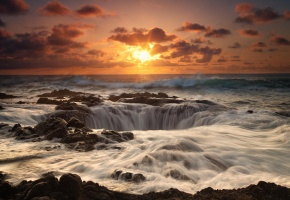 Обои рассвет, море, камни, берег, горизонт, небо, облака, солнце