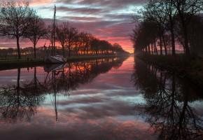 Обои река, вечер, деревья, отражение, лодка, закат